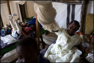 Francise Buswara (7) and her brother Dany Rupiny (5). In the mobile hospital in Bunia