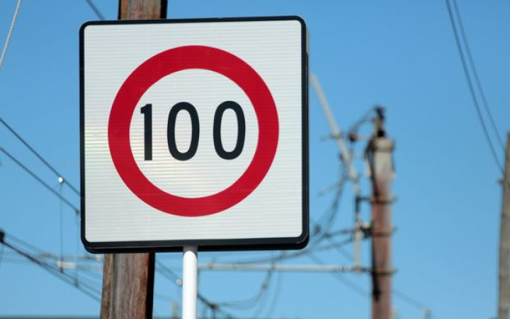 a 100 speed sign